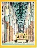 Madagascar MNH Scott #1215 Souvenir Sheet 2000fr Westminster Abbey - Cathedrals - Madagascar (1960-...)