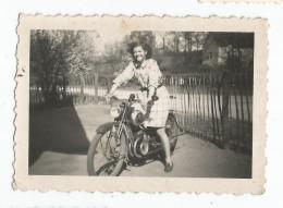 Photo Ancienne Jeune Femme Sur Une Moto - Photographs