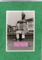 Photo Originale  Mons (Hainaut) Place Léopold Août 1965 (12 Cm X 8,4 Cm) 2 Scans Café Ducal Bières Labor Hanna Pils - Lieux