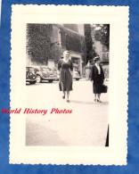 Photo Ancienne Snapshot - Femme Avançant Vers Le Photographe - Automobile Citroen Traction - Woman Girl Poitrine Breast - Automobiles