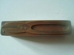 Matrice D´imprimerie Ancienne Cuivre Sur Socle En Chene - Cisaille - 77mm X 16mm - 2 Photos - Outils