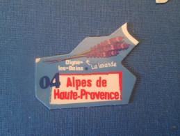 Mag516   MAGNET LE GAULOIS Carte De France / DEPARTEMENT 04 ALPES DE HAUTE PROVENCE + DIGNE LES BAINS + LA LAVANDE   Trè - Pubblicitari