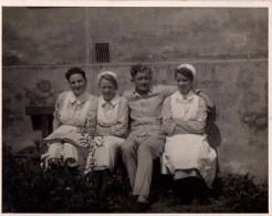 Photo Originale Guerre 39-45 - Soldat Allemand Blessé à L'infirmerie, Réconforté Par 3 Infirmières - Oorlog, Militair