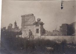 Photo 1916 HENNEMONT (près Etain) - Soldat Allemand Devant Une Ruine Datant De 1828 (A142, Ww1, Wk 1) - France