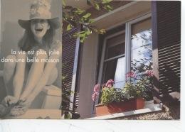 La Vie Est Plus Jolie Dans Une Belle Maison - Femme Chapeau Fleurs Fenêtre Persiennes - Menuisiers Deceuninck Le Havre - Publicité