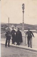 64---BEHOBIE----douanier Français,carabineros Et Gendarmes Espagnols Sur Le Pont Franco-espagnol - Béhobie