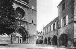 V3593 Cpsm 46 Gourdon - Le Porche De L'Eglise - Gourdon