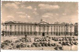 L90A166 - Toulouse - Façade Du Capitole Et La Place -  Labouche  N°8 - Nombreuses Voitures Années 60 - Toulouse