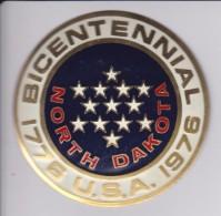 NORTH DAKOTA -BICENTENARIAL USA - CHAPA METALICA ESMALTADA DE COCHE - AÑ0 1950/60 - DIAMETRO 7,5 CMS - Automóviles