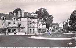 60 - BAGNOLES DE L'ORNE : Rue De La Ferté ( Café Restaurant Hotel ) CPSM Dentelée Noir Blanc Format CPA 1954 - Orne - Bagnoles De L'Orne