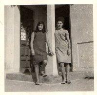 Photo Originale Femme - 2 Femmes Adossées à Un Pilier Au Portugal - Régua - Foto Baia - Personnes Anonymes