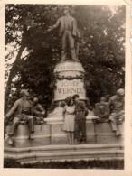 Photo Originale Militaire & Son Amoureuse En 1945 Au Pied De La Statue De Josef Werndl - Légende Au Dos - Oorlog, Militair