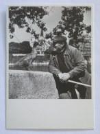 HOMME ET CANARD - Quais De Seine à Paris - Carte Postale Moderne Reproduisant Une Photo Robert Doisneau - Photographie