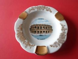 CENDRIER  EN PORCELAINE DE LIMOGES NOTE NIMES LES ARENES - Porcelaine