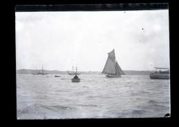 Plaque De Verre Négative En 1913 St Malo Mr Fillet Sur Un Doris En Plein Rade Boîte II - Plaques De Verre