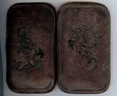 ETUI A CIGARES En Cuir Avec Un Personnage Avec Un Cimeterre Terrassant Un Dragon - Contenitore Di Sigari