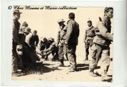 ALGERIE 1960 - CHASSE AUX CHAMEAUX DANS LE DESERT - SOLDATS FRANCAIS - PHOTO MILITAIRE 11.5 X 8.5 CM - Guerre, Militaire