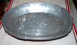 RARE ANCIEN PLAT GRAND CORBEILLE ALU DÉCORATION  COMBAT DE CERFS TBE 34 X 24 Cm - Dishes