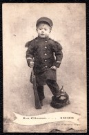 """RARE ! """" LA CLASSE ...1935 """" PETIT GARCON HABILLE COMME SOLDAT - PETIT POILU AVEC LE PIED SUR CASQUE ALLEMAND - Militaria"""