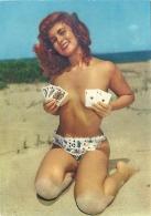PIN-UP   Vintage  Ragazza Sulla Spiaggia In Costume Con Seno Coperto Da Carte Da Gioco - Pin-Ups