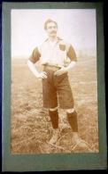 PHOTO FORMAT C D V  JOUEUR DE FOOTBALL EN TENUE RARE  VERS 1890/1900 SPORT ATHLETISME - Sports