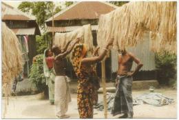 Travail à Sec En Famille Sur La Fibre De Jute , Carte Postale Neuve Non Circulée Du Bangladesh - Bangladesh