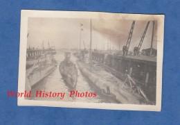 Photo Ancienne - Port à Identifier - Sous Marin Allemand à Quai - BREST ? - Submarine Navire De Guerre Marine Nationale - Boats