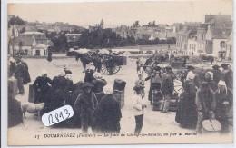 DOUARNENEZ- LA PLACE DU CHAMP-DE-BATAILLE UN JOUR DE MARCHE - Douarnenez