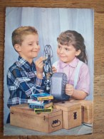 TRES BELLE CARTE AVEC 2 ENFANTS AVEC UN PROJECTEUR DE FILM SUPER 8 QUI JOUENT - Kinderen