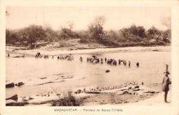 Carte Postale De  Madagascar Passage Du Fleuve Onilahy Carte Animée Malgaches Afrique - Postcards