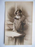 """CPA """"Fillette à La Rose"""" - Portraits"""