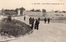 17 Ile D'Aix Porte D'entrée Et Quais Du Port Animée - Francia