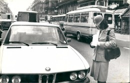 75 PARIS -  Une  BMW  Face à Une  PERVENCHE !!!!! - Cars