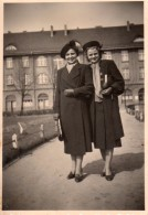 Photo Originale Femme - Couple De Femmes, Manteaux Et Chapeaux - Anonieme Personen