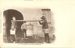 L' AUVERGNE  - LE TRANSPORT DU LAIT Au BURON  Vers 1900 - Paysans