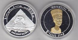 Médaille De NEFERTITI - 40mm, 26g - Tranche Lisse - Avers : Nefertiti - Revers : Sphinx Et Pyramide. Dorée Et Argentée. - Egypte