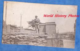 Photo Ancienne - Combat à Situer - Militaire Avec Casque Colonial Prés D´un Abri ? Tranchée ? - Guerre à Identifier - Oorlog, Militair