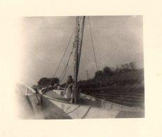 Petite Photo Originale Bateau - Gamin Sur Un Voilier - Schiffe