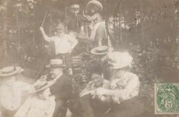 Carte Photo Originale Mondeville Le 05.09.1907 - Délire En Famille Et En Forêt Sur Un Tas De Bois, Chapeaux - Circulée - Personnes Anonymes