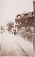 Photo Originale Femme - Mme Bonnefoy & Andrée Sur Un Pont En Juin 1932 - Village à Identifier - Personnes Identifiées