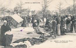 CPA 29 BREST La Foire Aux Puces Place De La Liberté, Belle Carte - Brest