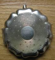 Ancien Pendentif/médaillon Fantaisie En Métal Blanc ( Argent ? )  Bélière Cassée -  Ouverture Par Charnière  Poids 4 Gr - Autres
