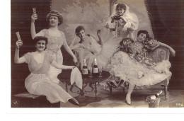 Cp FANTAISIE Montage Maison SURREALISTE Femmes Robe Fête ( Bouteille Close En Sceau Flute De Champagne ) - Femmes