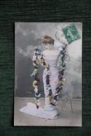 Femme Avec Un Long Collier De Fleurs - Femmes
