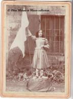 JEANNE D ARC - UNE JEUNE FILLE EN ARMURE ET DRAPEAU - PHOTO SUR SUPPORT CARTONNE 18 X 13 CM - Personnes Anonymes