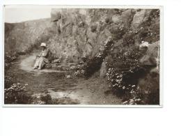 Femme Assise Au Bord D'un Sentier Junge Frau Auf Der Kaninschen Insel - Cartes Postales