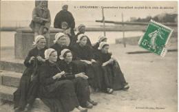 29 CONCARNEAU Concarnoises Travaillant Au Pied De La Croix  De Mission - Concarneau