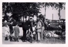 Photo Originale Ballade à Vélos Près Du Fleuve Avec Vendeur Africain En Costume Traditionnel Et Enfants En Retrait 1948 - Anonyme Personen