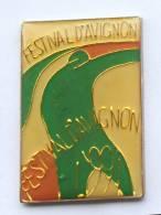 Pin's  AVIGNON (84) - FESTIVAL D'AVIGNON 1991 - Silhouette D'homme - Art Abstrait - F429 - Villes