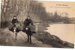 AU PAYS BASQUE BASQUAISES ET LEURS ANES REVANANT DU MARCHE  TRES ANIME - Frankreich